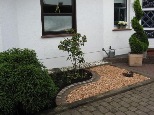 Edelsplitt und Natursteineinfassung Vorgarten