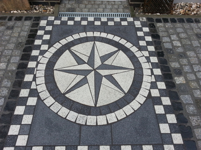 Hauseingang Windrose Betonpflaster Muster