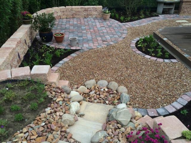 Kleiner Hausgarten Terrasse Mauer Bachlauf Kiesfläche