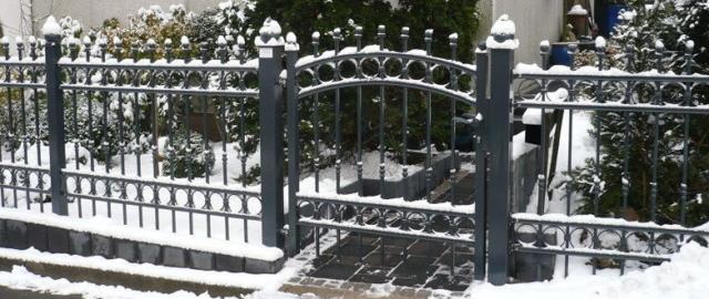 Metallzaun verziert Gartentor