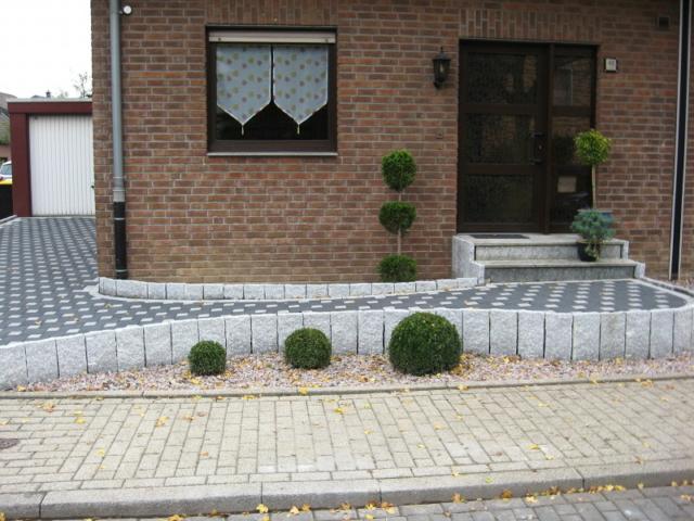 Pflaster schwarz-weiss mit Granit-Stelen Einfahrt