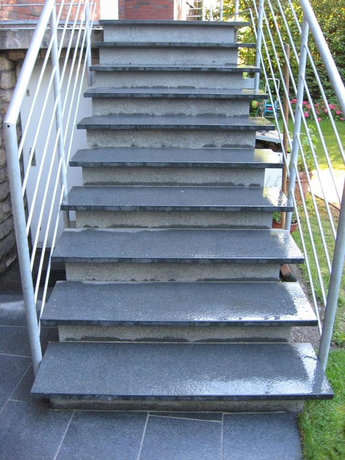 Stufenanlage Natursteinplatten Stahlgeländer
