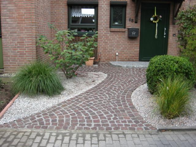 Vorgartengestaltung Kies und Porphyr Kopfsteinpflaster