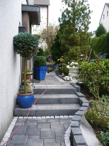Betonpflaster zweiformatig, Graniteinfassung, Pallisaden