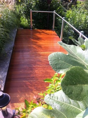 Holzterrasse mit einfachem Stahlgeländer Gartendielen